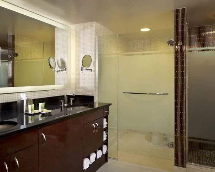 Elara Las Vegas Junior 1 Bedroom King Suite Bathroom