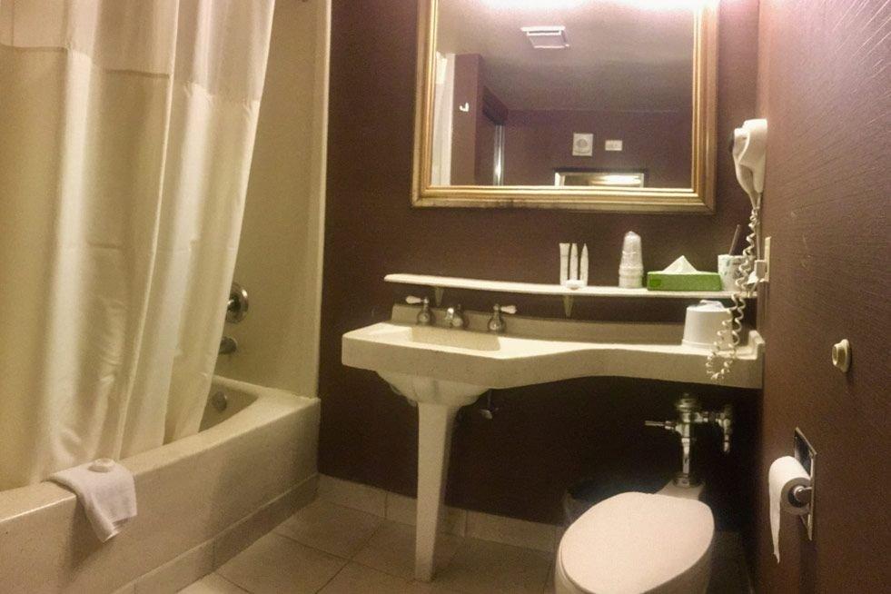 Fremont Las Vegas Deluxe Suite Bathroom